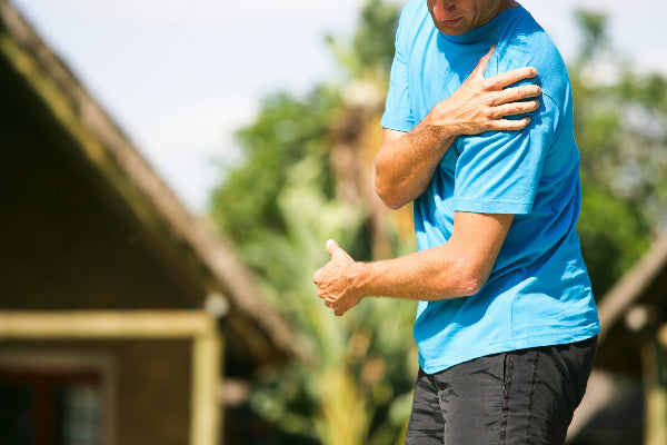 what is supraspinatus tendonitis symptoms treatment natural remedies for supraspinatus tendonitis man wearing blue shirt outside holding shoulder in pain