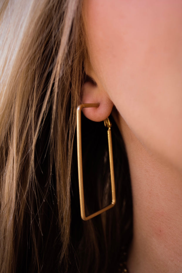 the millie rectangle earring - gold