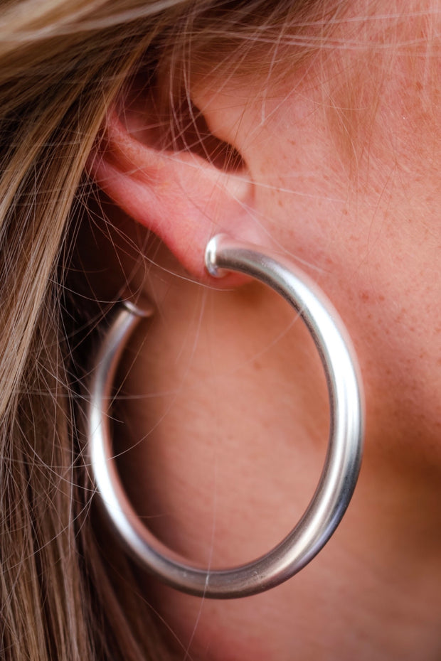 the olivia stud hoop earring - satin silver