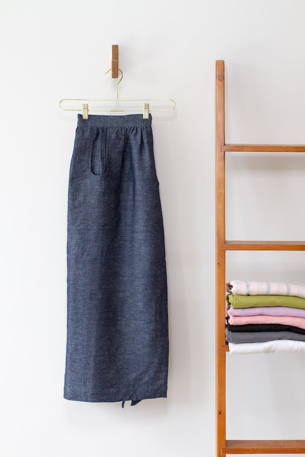 CHAMBER APRON IN INDIGO CHAMBRAY LINEN