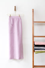 CHAMBER APRON IN LILAC LINEN