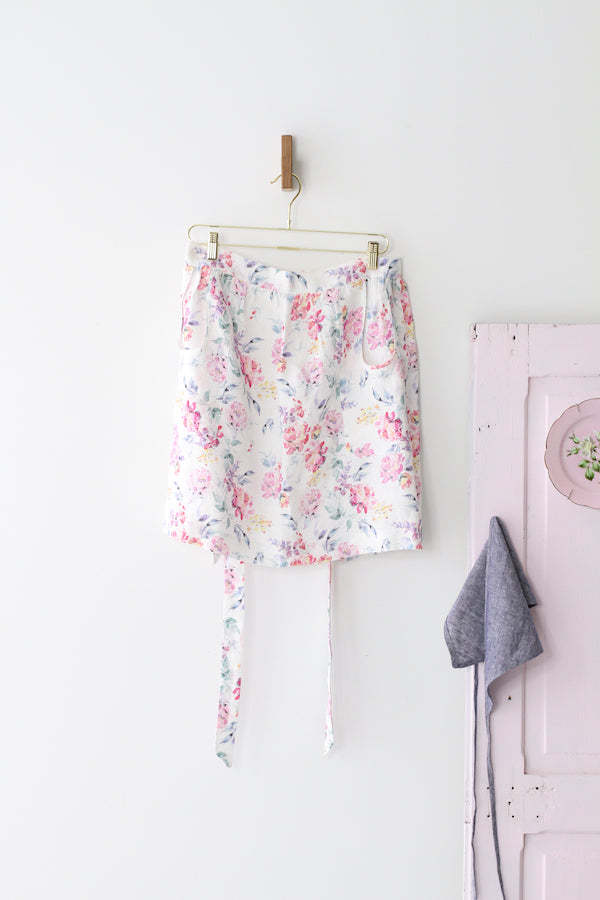 HOSTESS APRON IN FLORAL LINEN