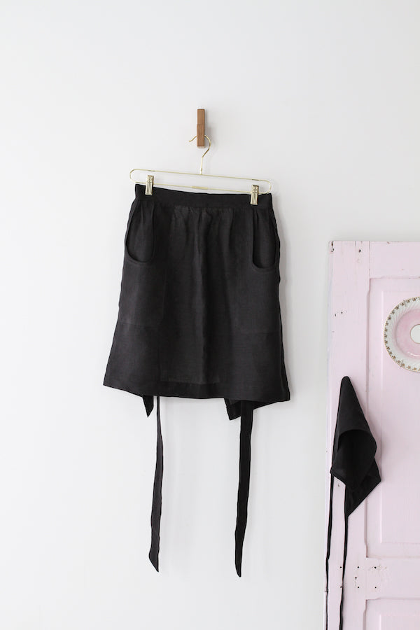 HOSTESS APRON IN BLACK LINEN