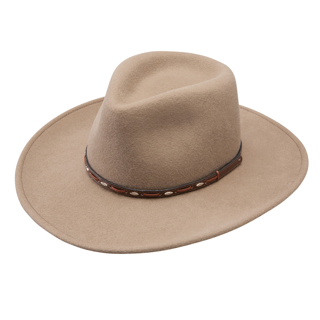 Part of the Stetson Crushable Collection, the Big Sky western hat has a pinch front crown and a dapper brown leather hat band.