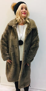 Long kacki faux fur coat.