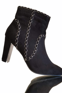 Mid heigth Black Ankle boot.