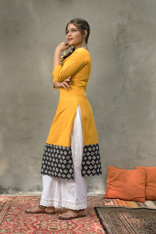 Yellow boat-neck kurta with geometric print detail