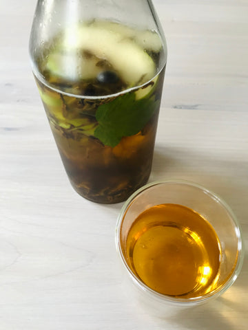 COLD BREW BLACK TEA WITH APPLE AND BLACKCURRANT