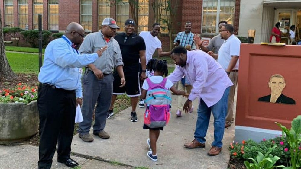 Dads in Mississippi Welcome Elementary Students on First Day of School