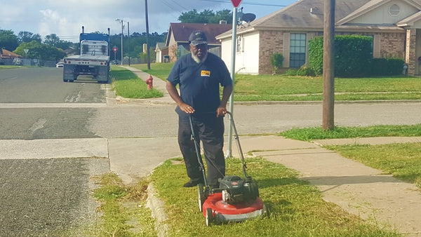 Texas Bus Driver Returns To Students' Bus Stop To Cut The Grass So They Won't Have To Wait In Weeds