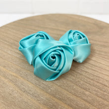 "Load image into Gallery viewer, DISCOUNTED MYSTERY 1.5"" Felt Back Roses - Pack of 18"