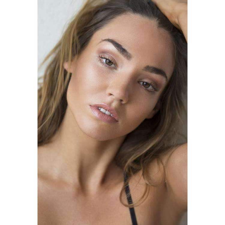 Model wearing Dea Dia nude lipstick