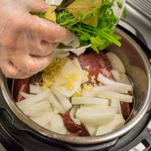 Add bay leaves, parsley, thyme, onion, and garlic into the instant pot