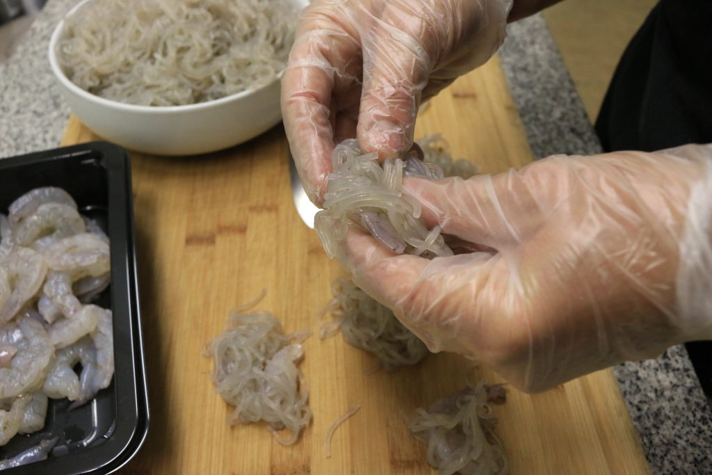 wrap the sweet potato starch noodles and squeeze them on to stick to the shrimp