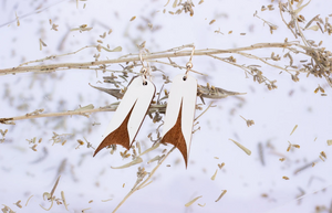 WHITE U-SHAPE EARRINGS