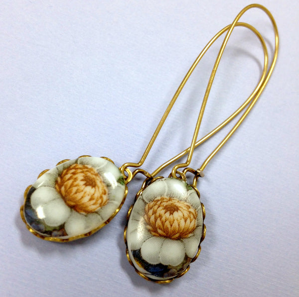 "Vintage floral white ""mum"" oval earrings"