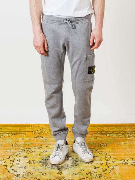 stone-island-polvere-fleece-pants-on-body