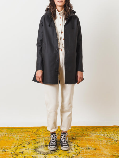 stutterheim-black-mosebacke-raincoat-on-body