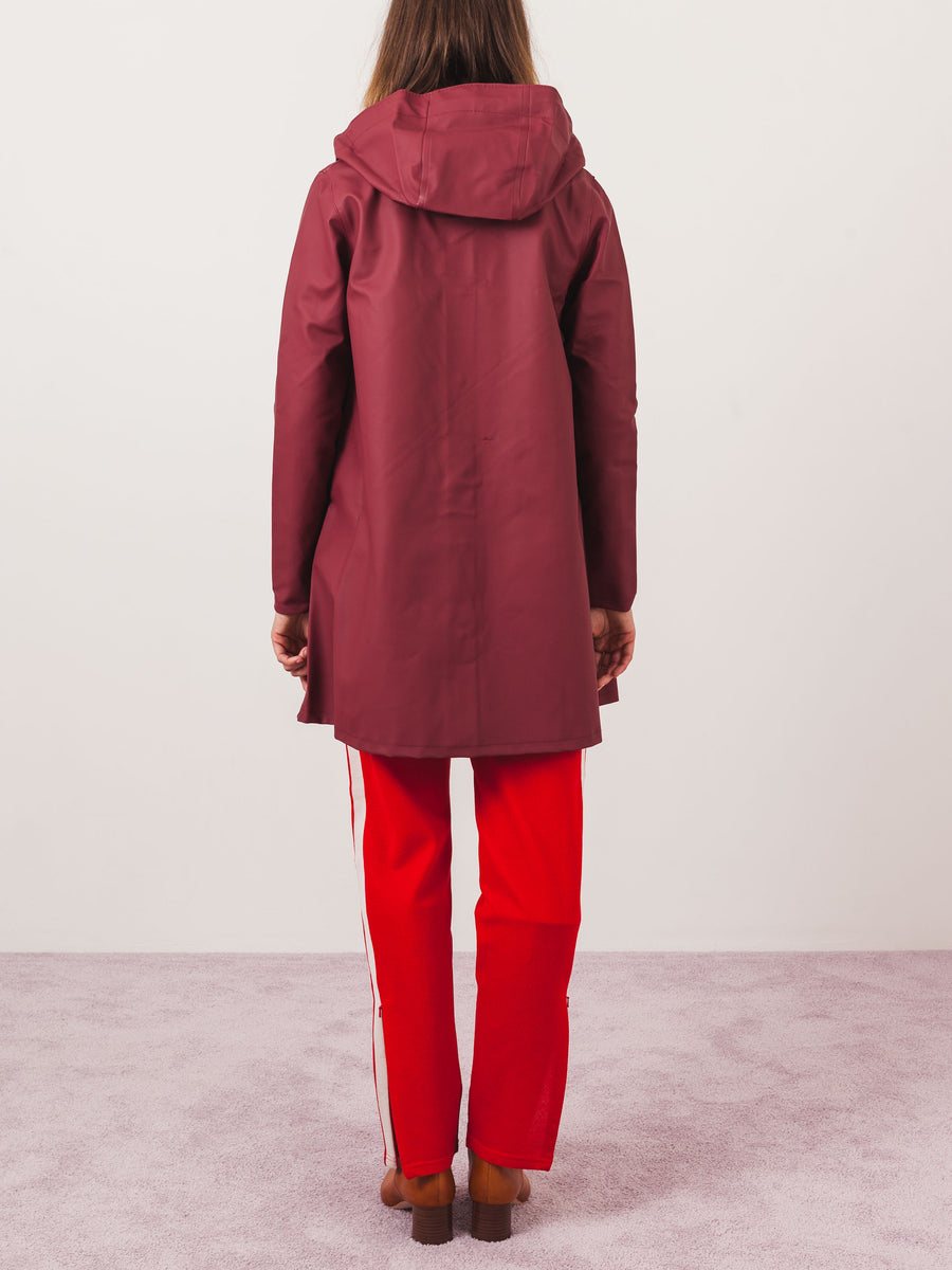 stutterheim-burgundy-mosebacke-raincoat-on-body