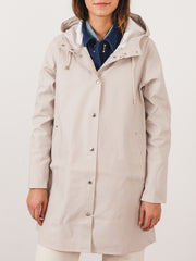 stutterheim-mosebacke-light-sand-raincoat-on-body