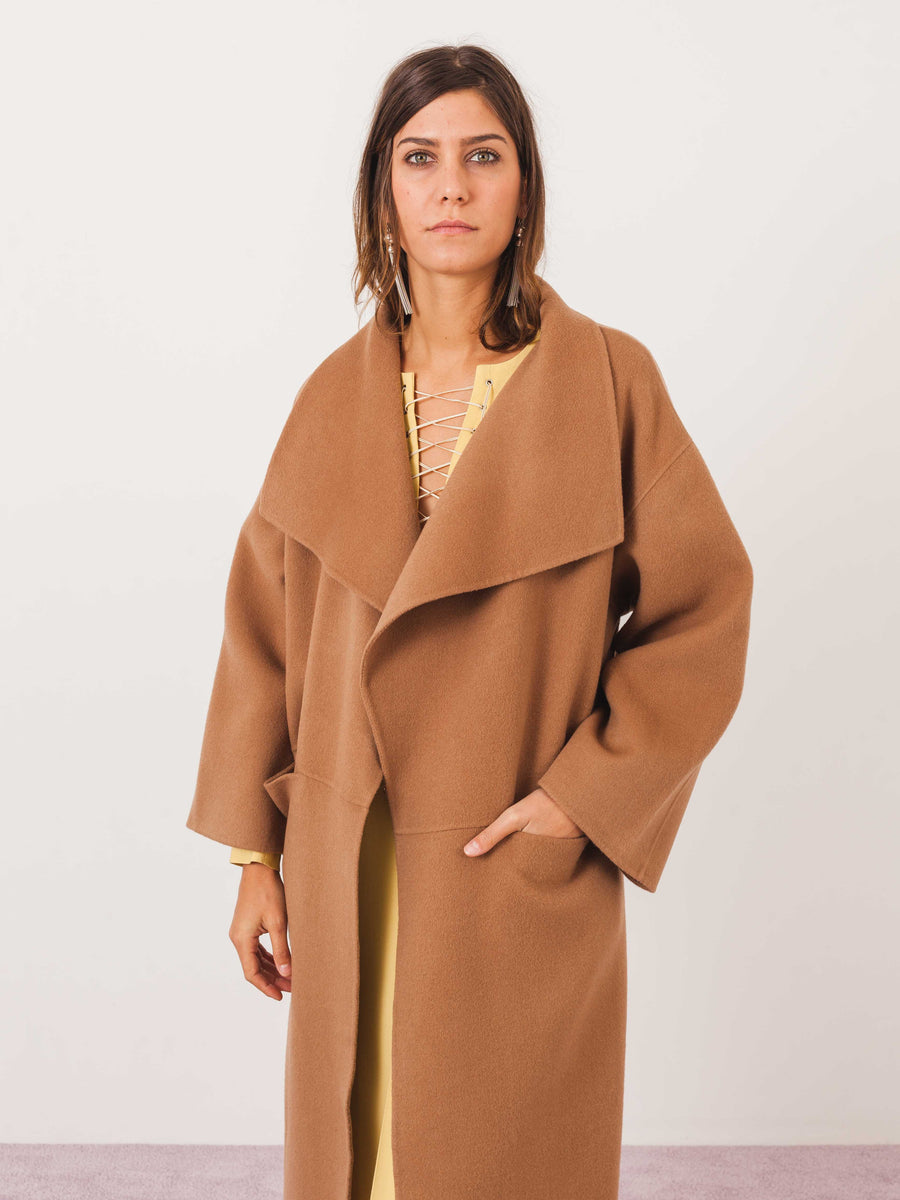 toteme-camel-annecy-coat-on-body