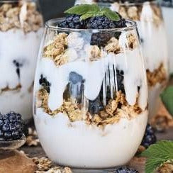 Blackberry Granola Greek Yogurt Parfait