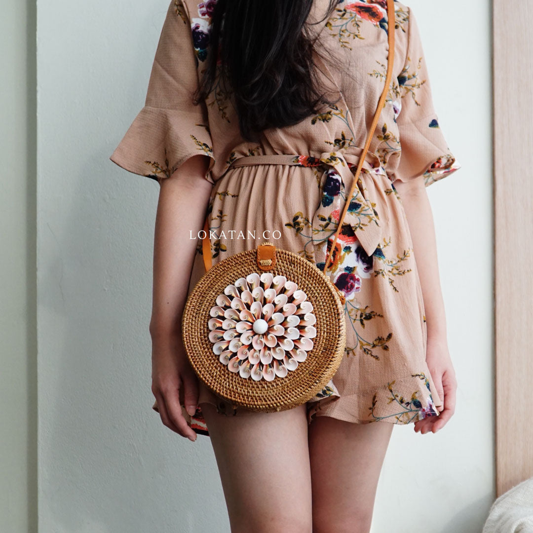 Rattan bag with natural pink shell