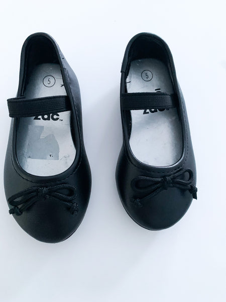 Zoe and Zac black skid resistant ballet flats size 5