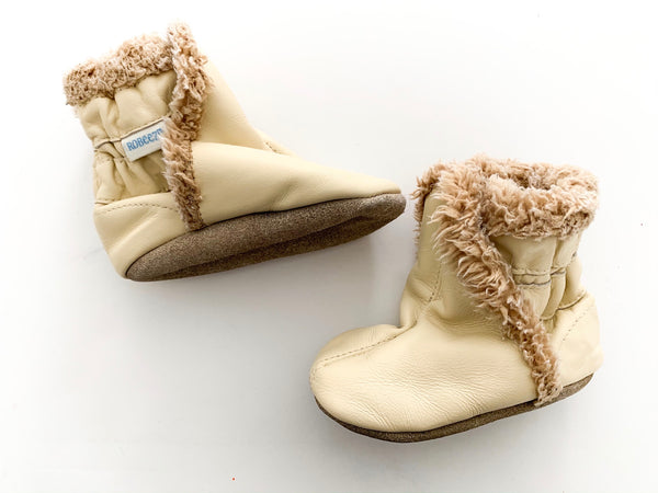 Robeez cream coloured with fur mocs 6-12 months
