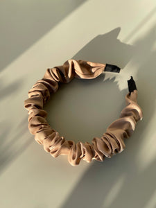 Scrunch Cloth Headband In Taupe