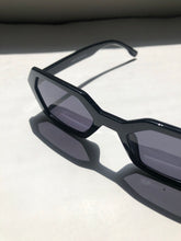 Load image into Gallery viewer, Kelly Sunglasses In Midnight Black