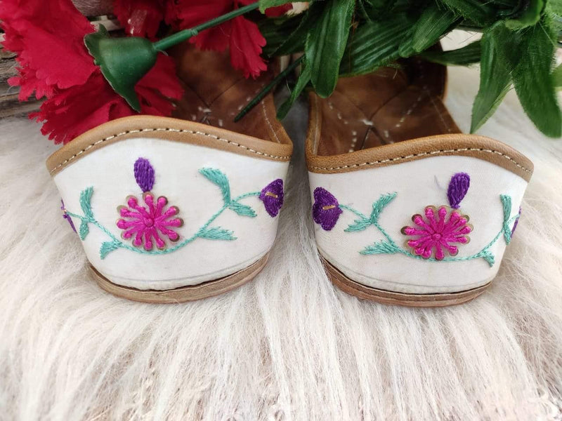 White Floral Embroidery Juttis