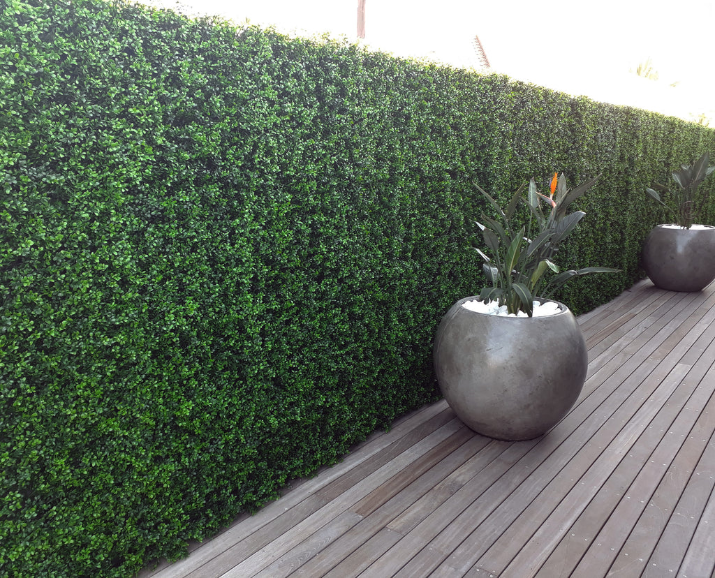 Leaf & Living artificial hedge on precast concrete wall