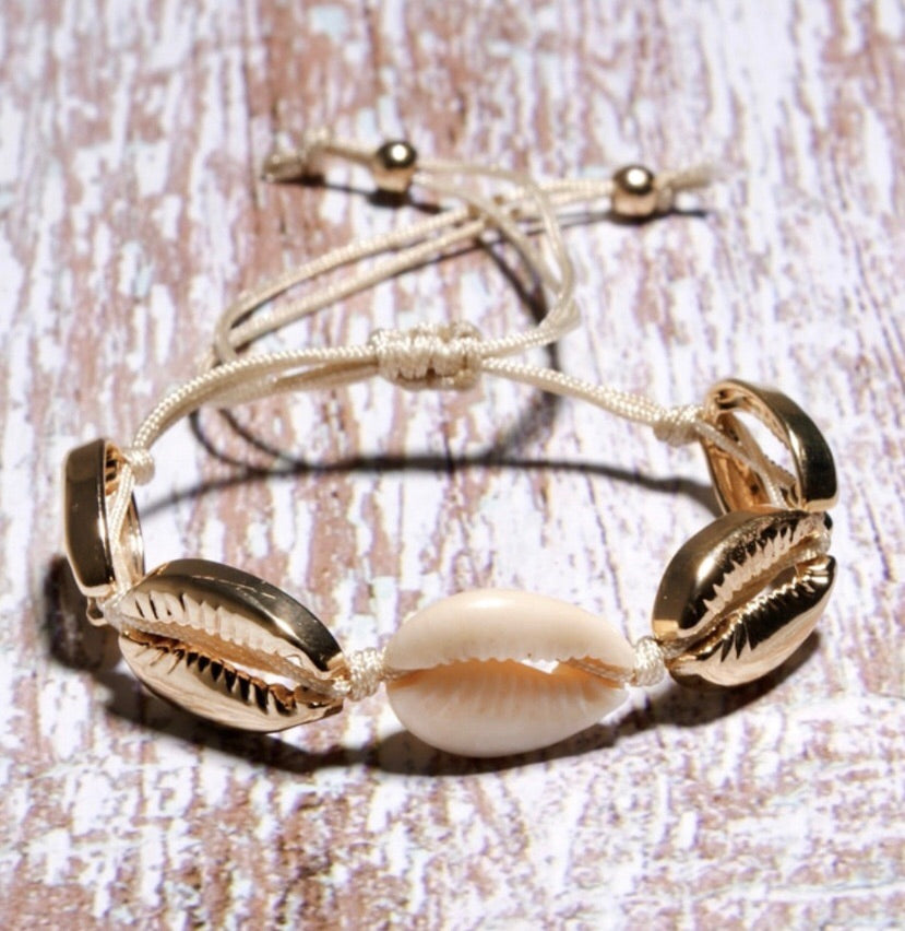 Shell bracelet in gold
