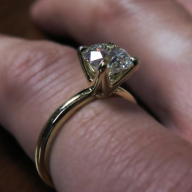 Astrid timeless diamond solitaire in yellow gold on hand