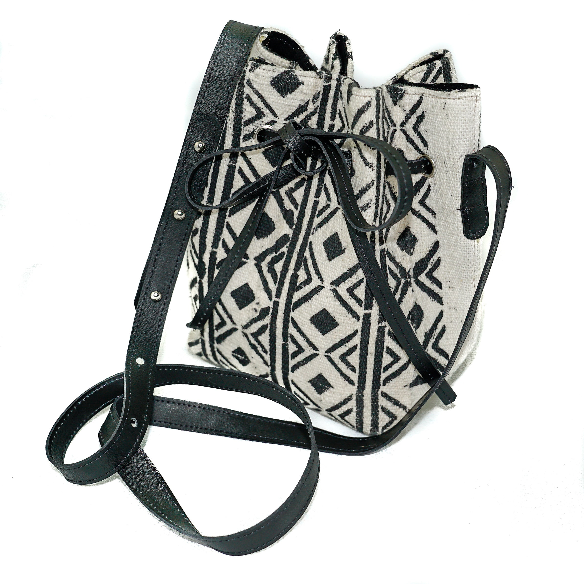 Amie bucket bag in white and black diamond bogolan