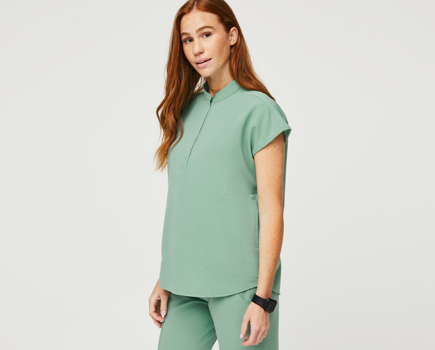 Modern design details AND super functional features?! Whoa. The Rafaela has a mandarin collar and shirttail hem, along with multiple pockets, an oversized fit that allows for easy movement and our proprietary FIONx fabric.