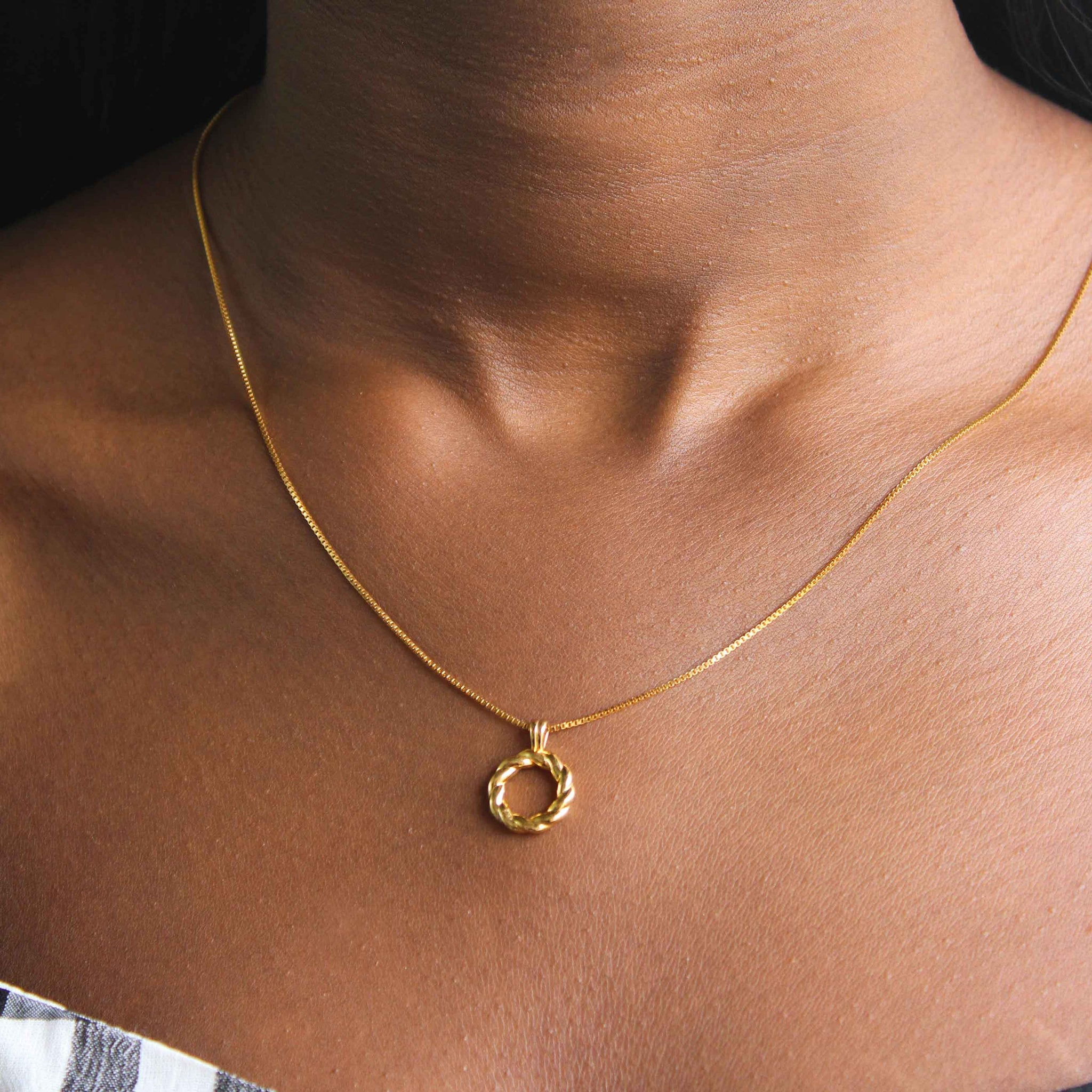 Rope Ring Pendant Necklace in Gold worn image