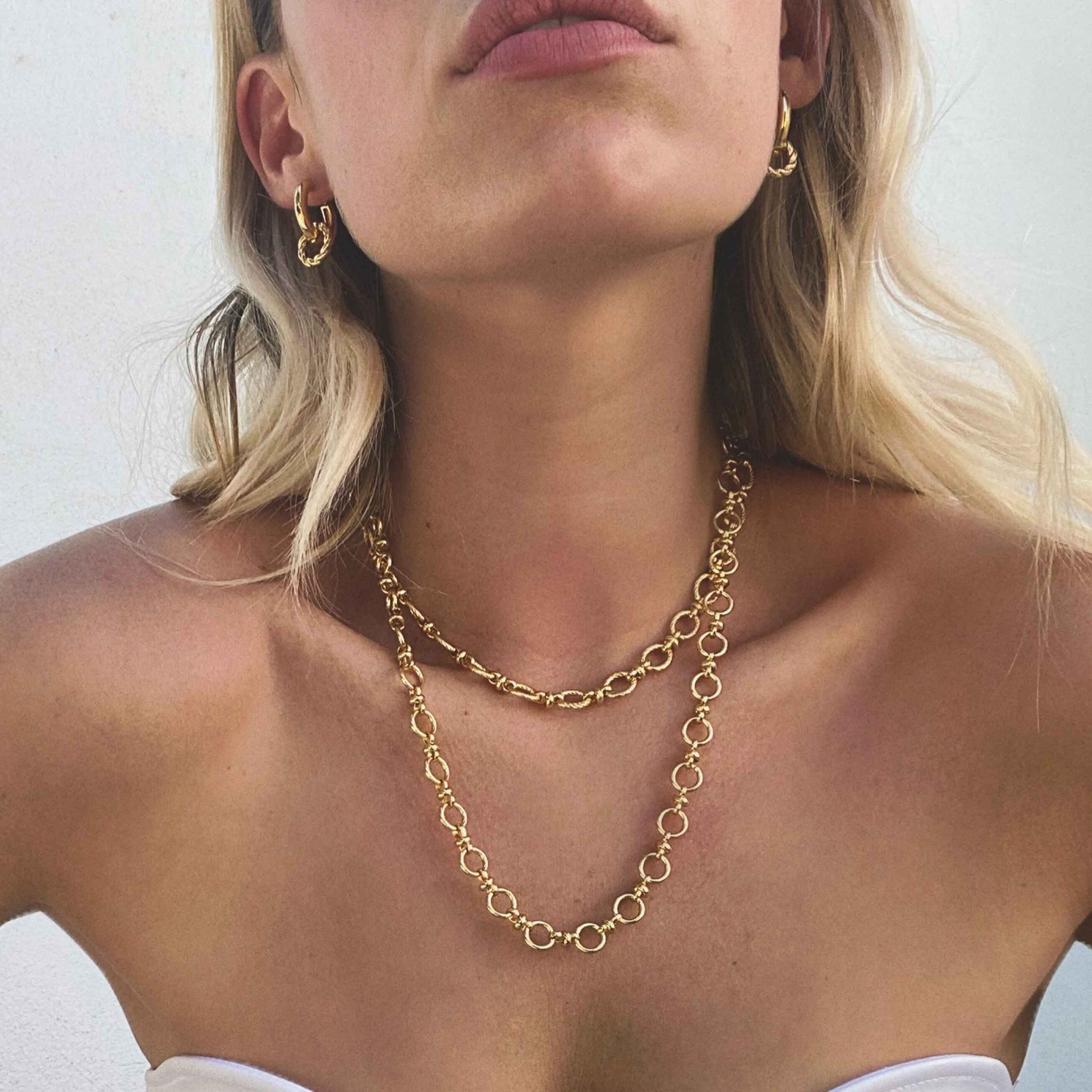 Textured Oval Link T-Bar Necklace in Gold