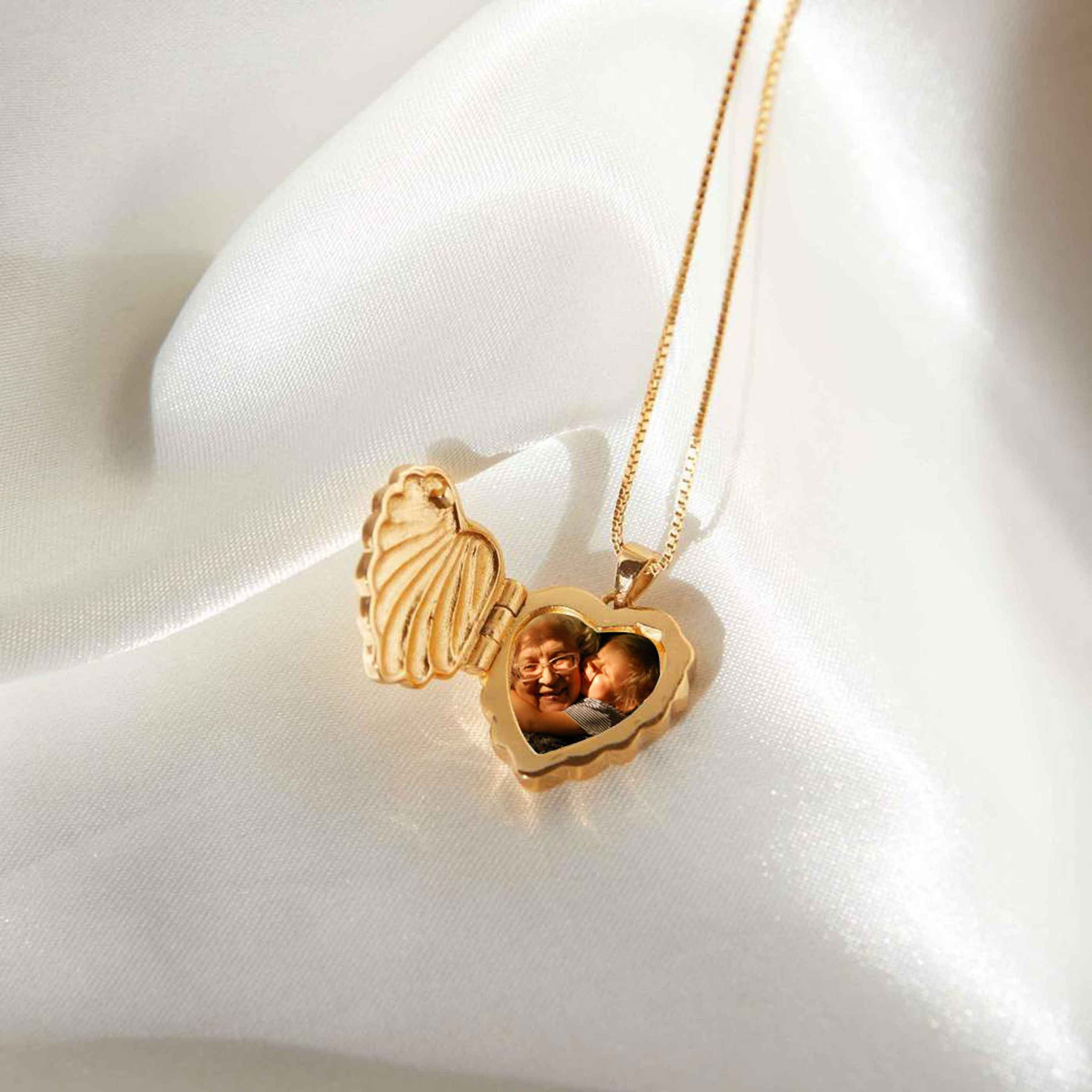 Wreath Locket Pendant Necklace in Gold