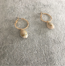 Load image into Gallery viewer, Seashell hoop earrings