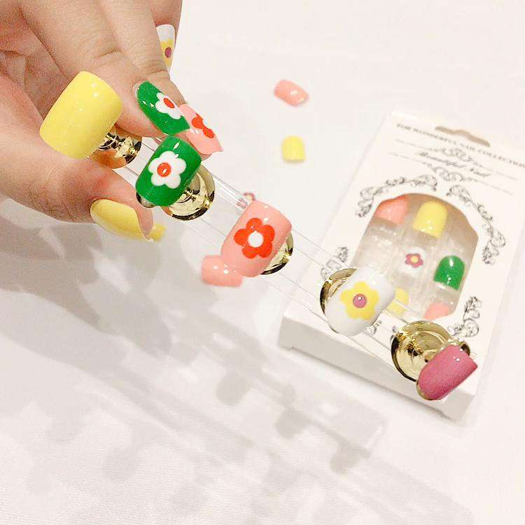 Holiday Little Daisy Magic Press On Nail Manicure