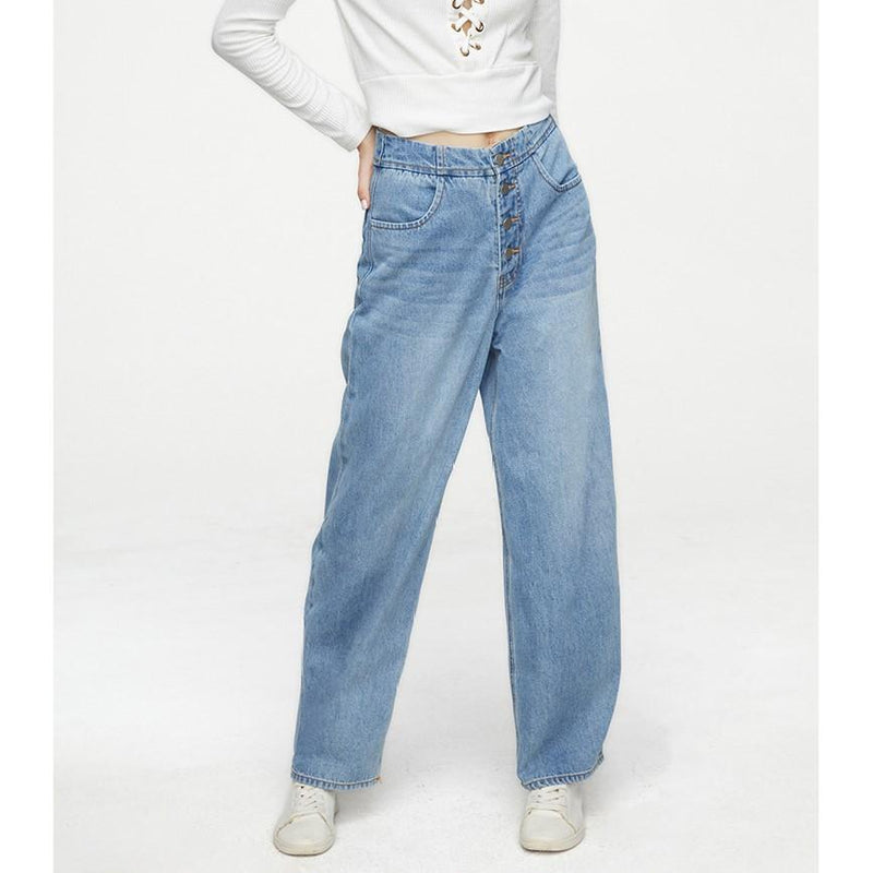 Casual Fit Light Blue Wash Straight-Leg Jeans