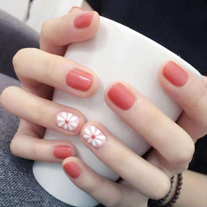 Small Daisy Magic Press On Nail Manicure