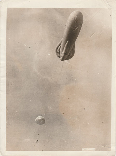 WWI Press Photo of Observer Parachuting from Basket - circa 1918