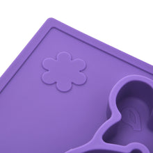 The embossed flower shapes on the hippo silicone placemat help develop your baby's senses.