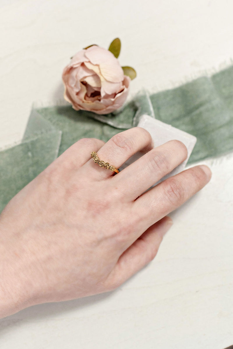 Curved Band with Roses in Gold