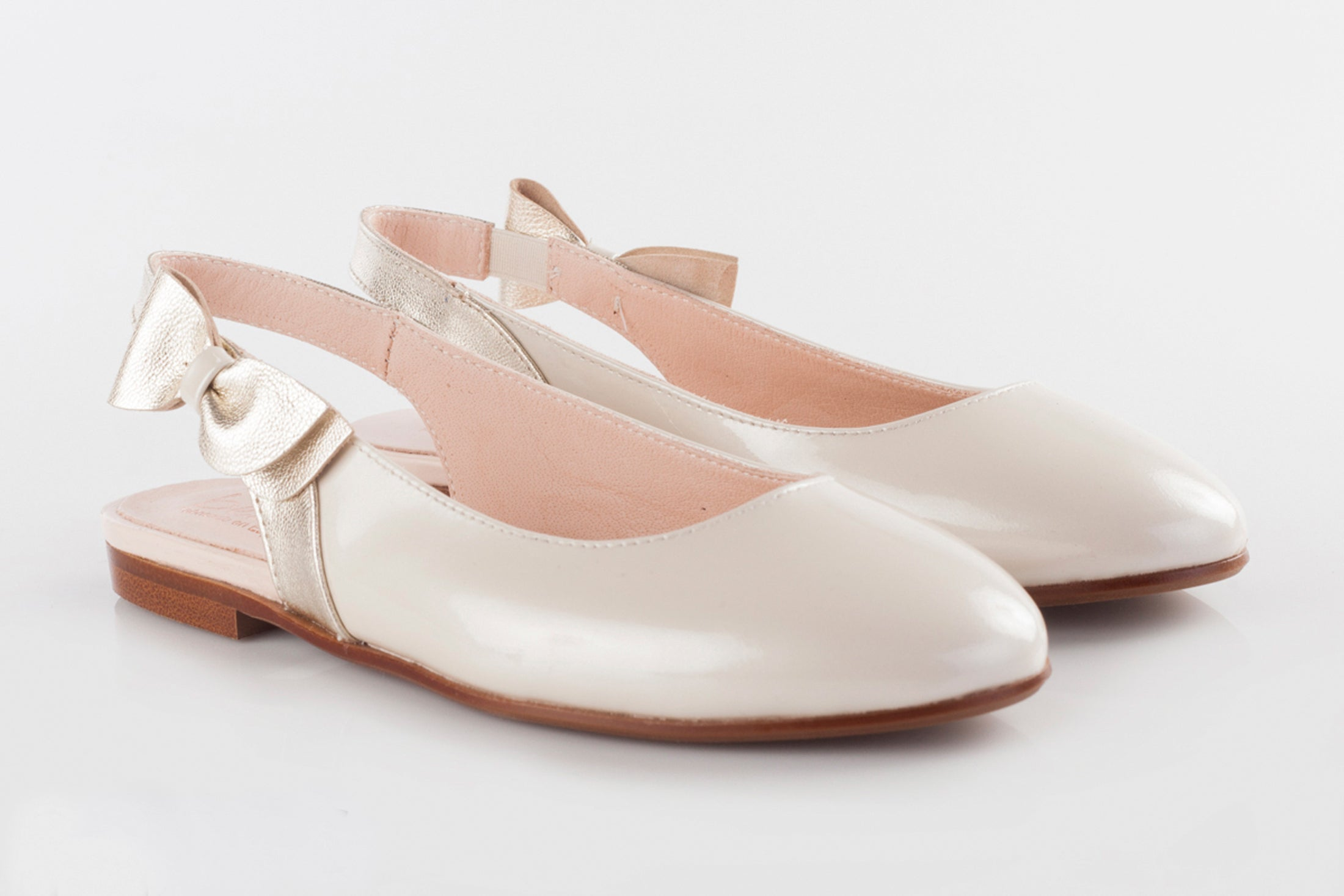 Beberlis White Patent Sling Back with Gold Bow