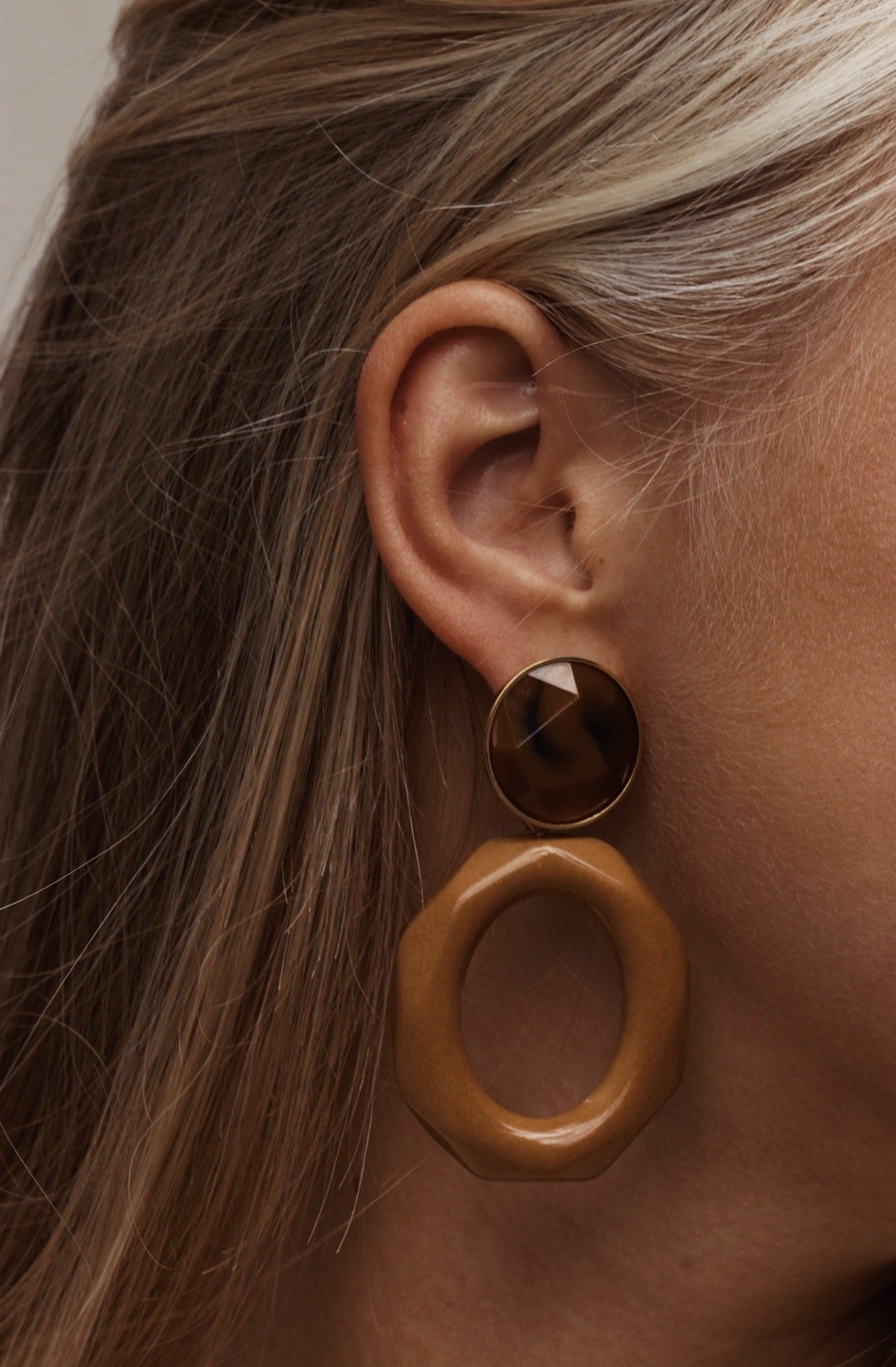 Mary facet large camel earrings