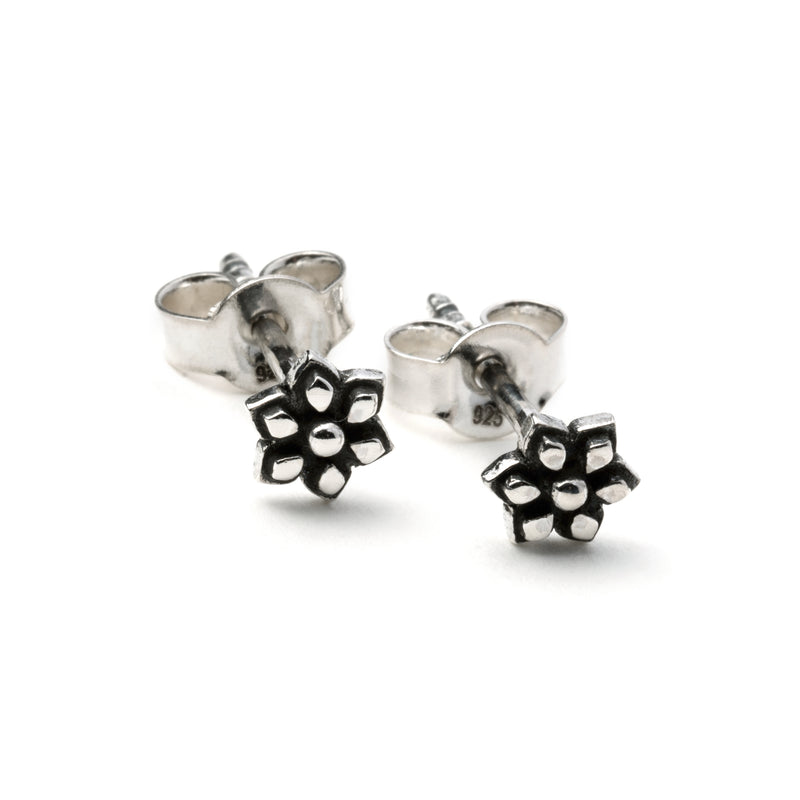 products/SilverFlowerStudEarring_2.jpg